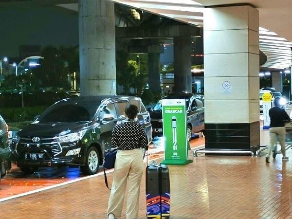 「GRAB CAR」と書かれている緑の看板が目印です