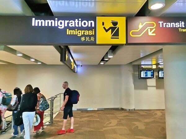 飛行機を降りたら「Immigration」と書かれている方向へ、進みましょう。