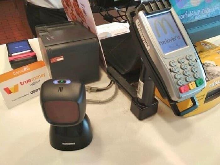 レジ横にあるTrueMoney Walletの立て札、この黒い端末でスマホのQRコードを読み込んで決済します